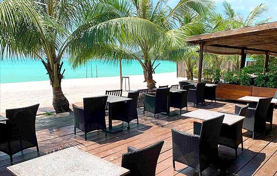 Sun Deck Beach Bar tables on terrasse